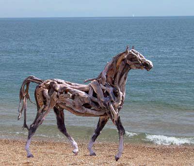 枯れ木で造られた馬のアート07