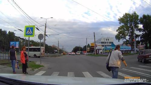 ロシアでは歩行者が車をはねる09