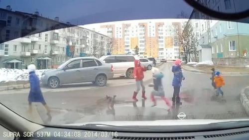とある子どもたちが道路を渡る風景04