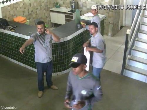 ブラジルの労働者たちが動物から逃げ惑う00