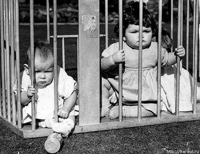 08-檻に入れられる子供