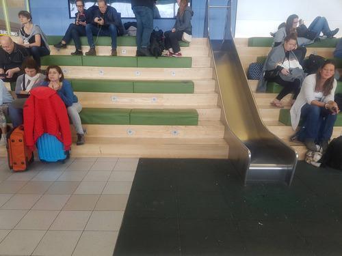 ここの空港の待合場には滑り台がある01