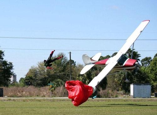 スカイダイバーと飛行機が衝突05