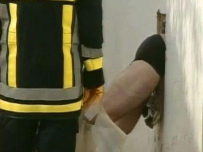 パンツ丸見えで逮捕された泥棒01