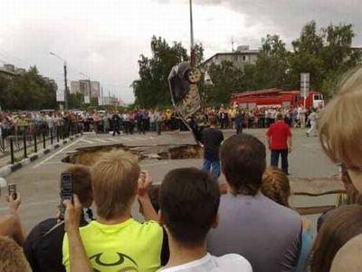 ロシアの駐車場で沈んでいく車04