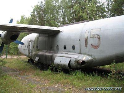 森に捨てられたロシアの輸送機11