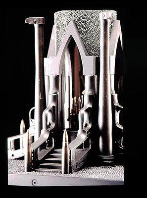 弾丸や銃で作った彫刻15
