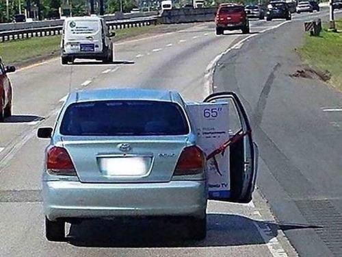 強引に車に積んでしまう人々01
