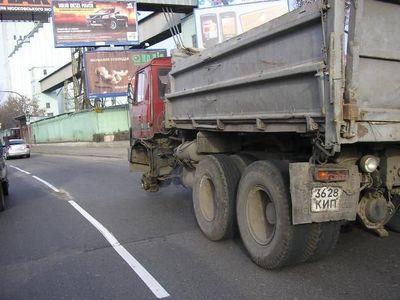 ロシアのトラックはタイヤが一個くらい無くても平気03