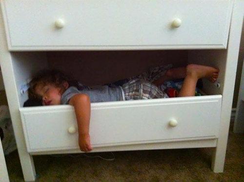 子供たちはどこでも眠れる09