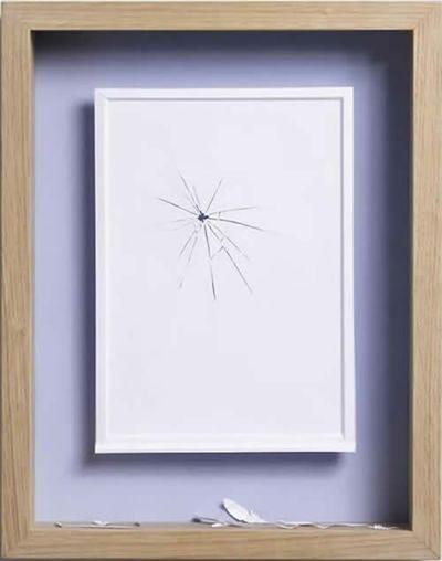 美しく繊細なペーパーアートの世界-窓ガラスに激突したのは