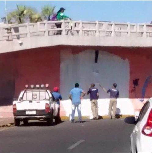 壁に描かれた道路に運転し壁に激突03