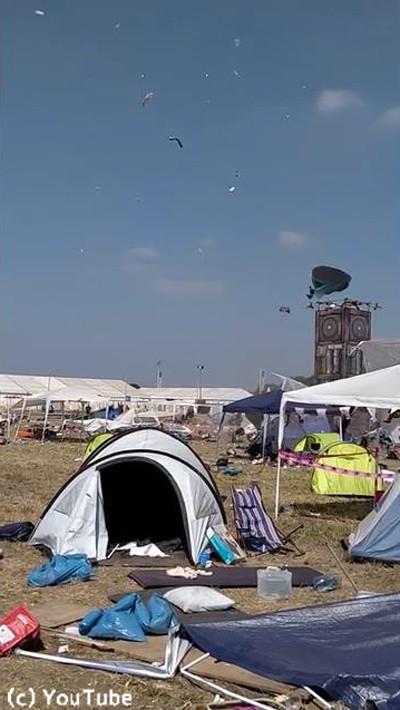 ドイツの野外フェスでテントがふわふわ舞い上がる01