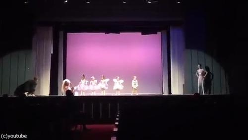 舞台で凍り付いてしまった娘のためにいっしょに踊ったパパ01