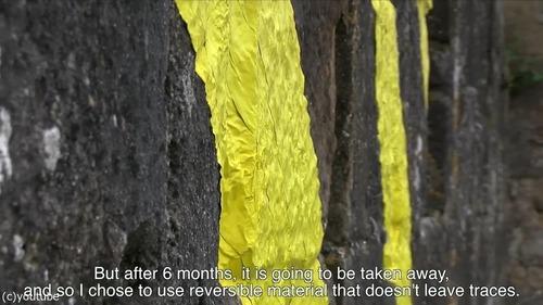 カルカソンヌ城塞都市に黄色のペイント06