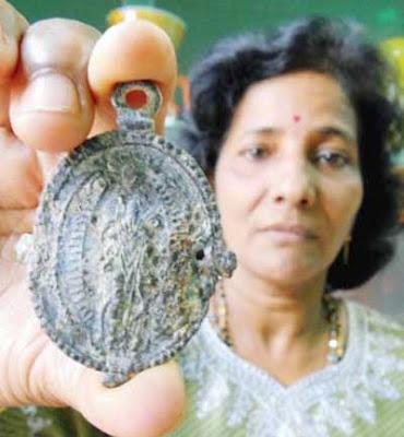 サメから中世のメダル01