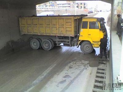トラックの横転10