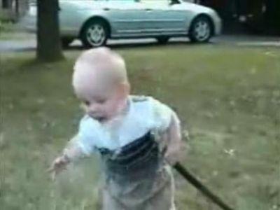 赤ちゃんvsホースの水