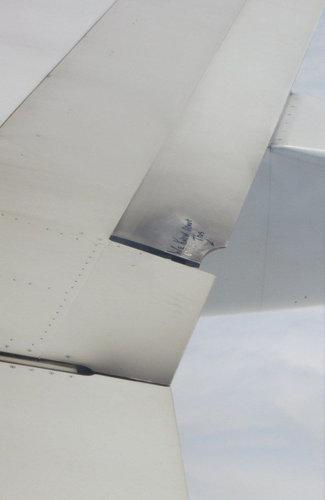飛行機の翼に損傷01