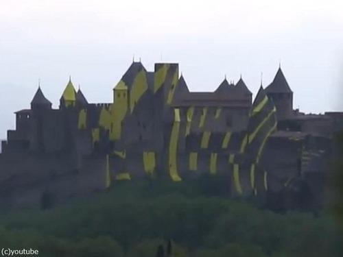 カルカソンヌ城塞都市に黄色のペイント01