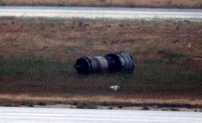 飛行中にエンジンが落っこちて乗客は恐怖に凍りつく2