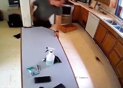 パニック姿が監視カメラに01