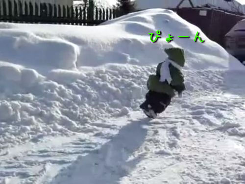 雪にはしゃぐ子ザル00