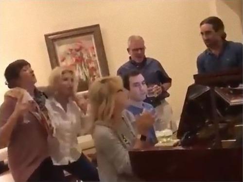 家族が私の彼にピアノ演奏を頼んだ01