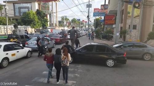 横断歩道にマナーの悪い車03