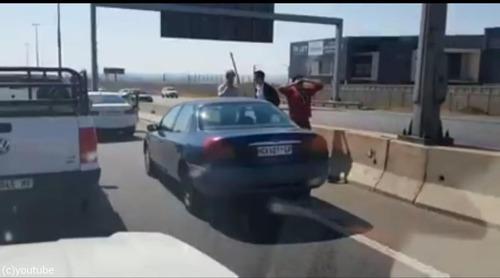 衝突事故を起こして逃げる車10