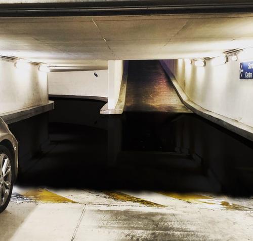 駐車場に奇妙な水たまり02