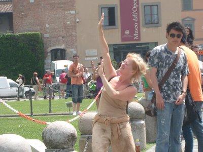 ピサの斜塔の前で記念撮影する観光客、別アングルから見ると…06