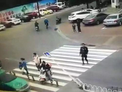 横断歩道の予想外の事故04