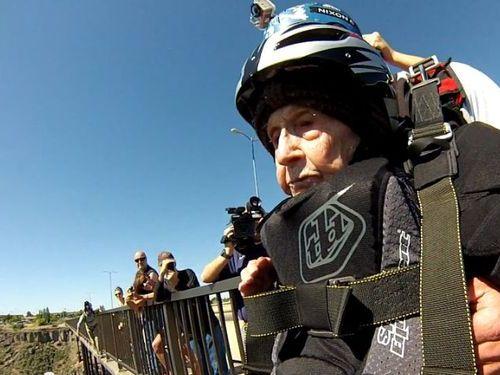 102歳が橋からジャンプ00