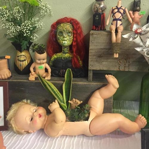 古い人形をプランターにするとホラー14