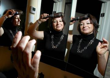 鏡のように対象に動く人々01