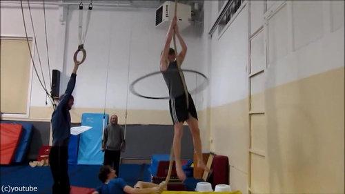 フラフープをしながらロープを登る05