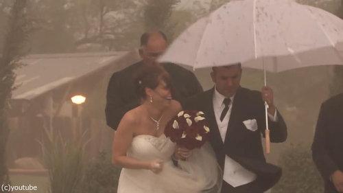 結婚式の愛の誓いのときに強烈な嵐15