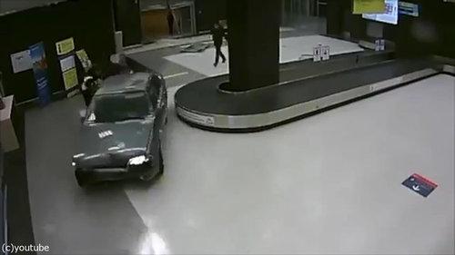 ロシアの空港に車が突入、警備員との追いかけっこ02