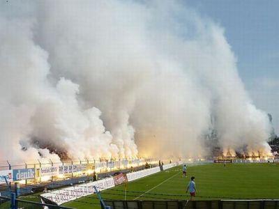 サッカー場の発煙筒08