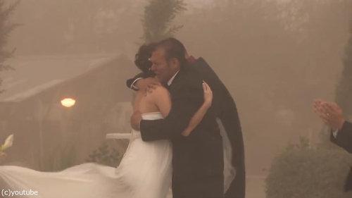 結婚式の愛の誓いのときに強烈な嵐12
