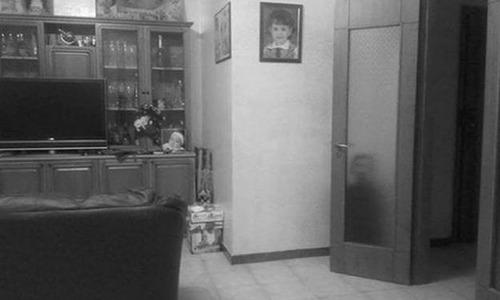 誰もいないはずのドアの後ろに人影01