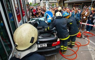 BMWと電車の事故で無傷13
