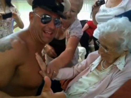 100歳おばあちゃんにストリッパー03