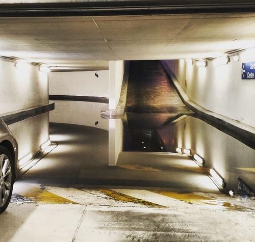駐車場に奇妙な水たまり01