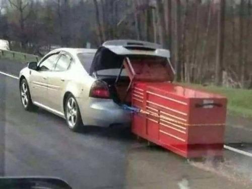 強引に車に積んでしまう人々08