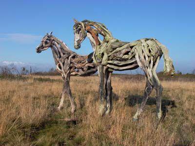 枯れ木で造られた馬のアート11