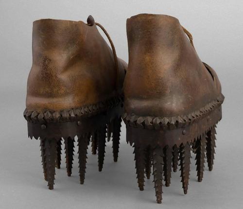 のこぎりのような歯の付いた靴02