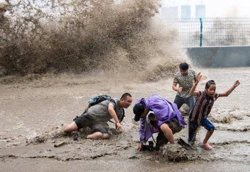 銭塘江の大波09