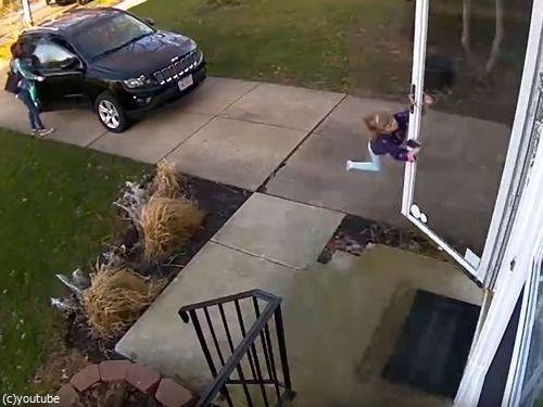 少女が強風の日に玄関を開けたら吹き飛ばされそうに03